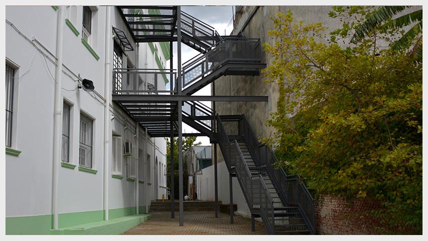 Einbauen ltda proyectos divisorias construcci n for Escaleras de emergencia